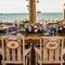 Lindas plaquinhas em madeira para nas cadeiras dos noivos