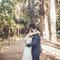 Beso en medio de árboles
