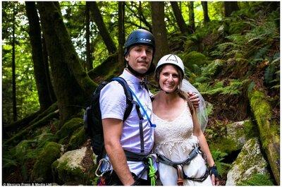 Idée atypique pour un mariage haut en couleur : un couple se marie en haut d'une falaise