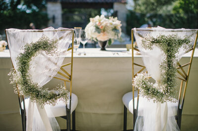 Tendencias espectaculares para decorar las sillas en tu boda: Detalles, colores y acentos divertidos