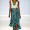 Vestido de fiesta largo bicolor con falda en color turquesa y acabado asimétrico y detalles en el cuello del mismo color