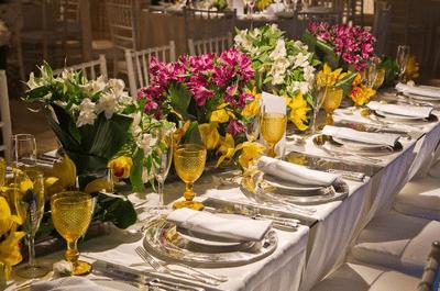 Mesas comunitárias em casamentos: elegantes e perfeitas para os convidados interagirem!
