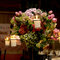 Para adornar una cena íntima y romántica para tu boda opta por unos candelabros altos con velas y arreglos de flores