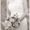 La novia con un vestido perfecto y un ramo que nos quita el aliento - Foto Aaron Delesie