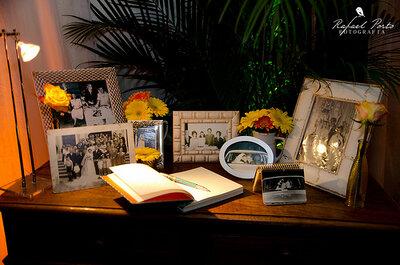 Decoración de boda con marcos de fotos y espejos