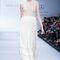 Vestido de novia sin mangas con cuello cerrado y una falda larga con acabados de inspiración artesanal - Foto David Salomón en MBFWMX