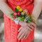 Ramo de flores sujeto en un brazalete.