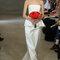 Carolina Herrrera – Vestido de novia clásico con ramo rojo. Primavera 2013