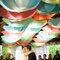 Decoração colorida com guarda-chuvas