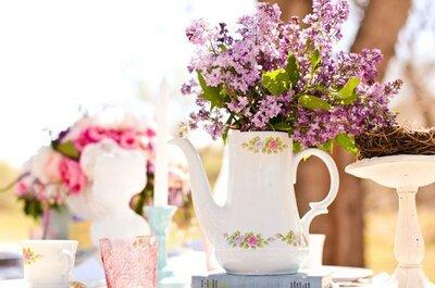 Pomysł tygodnia: kwiaty w filiżankach na weselnym stole