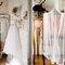 Bodegón del vestido de novia en decoración muy hogareña