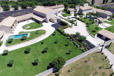 Champs de lavande, piscine, grange en pierre : un décor de carte postale pour votre mariage en Provence