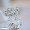 Arreglo de mesa con flores blancas y envase de cristal para bodas
