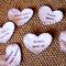 Nomes escritos em tecido, em formato de coração. Foto: Paulo Herédia