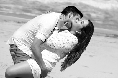 Descontraída e íntima: descubra esta sessão de namoro na praia!