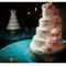 Tarta de bodas con flores blancas y rosas. Foto: Plum Tree Studios