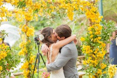 Casamento de Camila & Beto em Búzios: ao ar livre, rústico e super colorido!