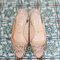 Zapatos de novia con aplicaciones y pedrería - Foto Elizabeth Messina