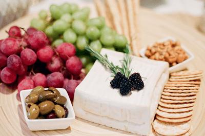 Excelente opción para tu boda: mesa de quesos y carnes frías