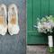 Zapatos y ramo de la novia