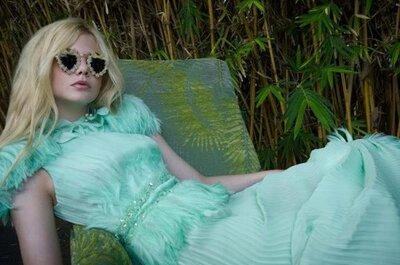 Usa un vestido con plumas y sé la más glamourosa de las invitadas de boda