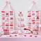 Decoración para mesa de postres en color rosa, blanco y rojo con bandejas para cupcakes y mantel en rosa pastel