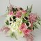 Ramo de novia con flores rosas y blancas