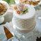 Pequeña tarta con perlas y rosa muy romántica.
