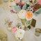 Centros de mesa con rosas y flores silvestres.