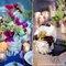 Decoración de boda con flores, pedazos de troncos y velas.