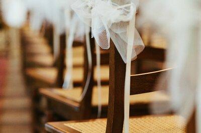 Stuhlhussen und Blumenschmuck für die Hochzeit