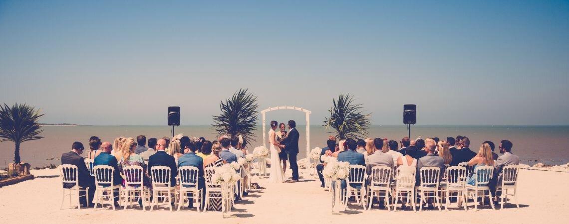 Plage, farniente, soleil, rires et champagne…Découvrez le magnifique mariage d'Annabel et Jon sur l'île de Ré