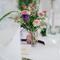 Arreglo de mesa para bodas con inspiración vintage y flores con aspecto desgastado en tonos rosa y morado