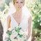 Coiffure de mariée végétale naturelle et bouquet de fleurs blanches