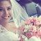 15. Nayeli con un ramo de novia con rosas rosas y flores en color blanco