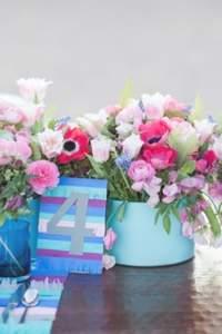 Blaues auf dem Tisch, um den Hochzeitsbrauch zu pflegen!