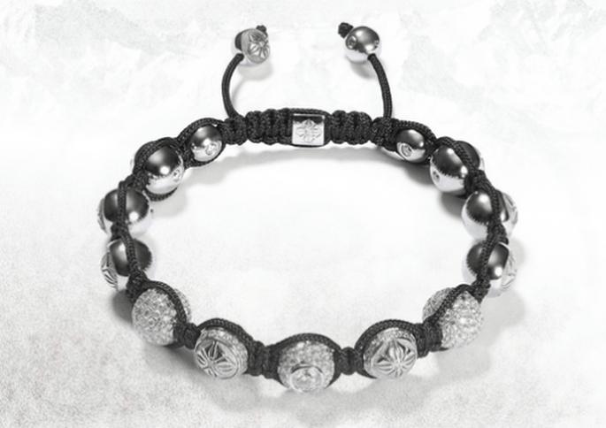 Brazalete para novia con hilo negro, diamantes y pedrería en color plata - Foto Shamballa Jewels