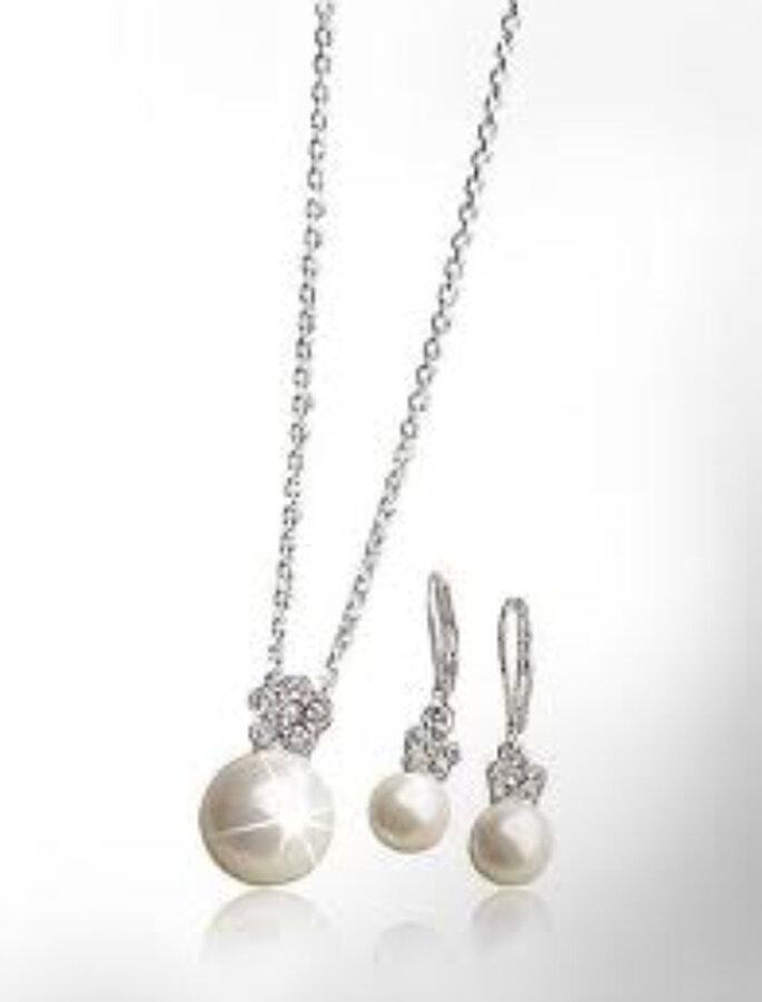 Delicado conjunto en perlas, strass y enchapado de plata ¡hasta parecen de verdad