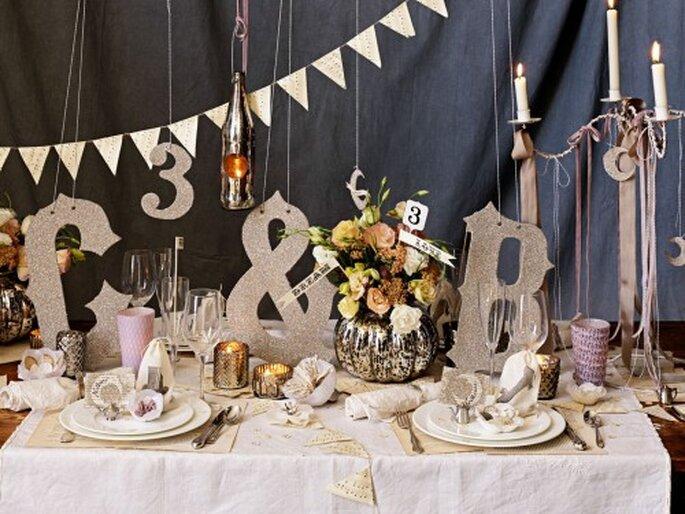 Decoración de mesa de boda con letras. Fotografía BHDNL