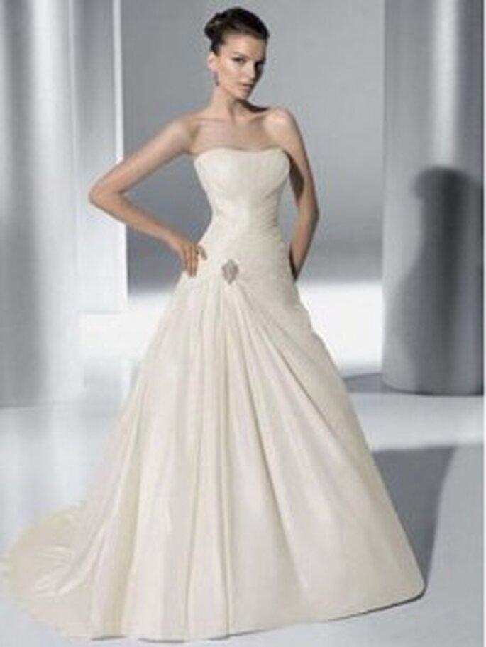 Demetrios 2010 - 3149, Schlichtes schulterfreies Kleid in A-Linie, mit seitlicher Drapierung um eine schöne Brosche