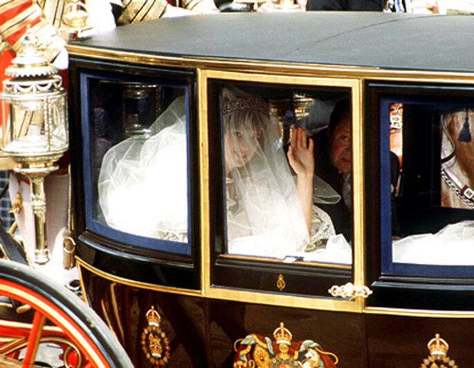 La Principessa Diana arriva al suo matrimonio con Carlo a bordo di una carrozza. Foto: US Weekly Magazine