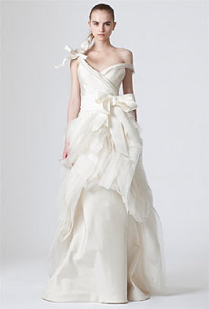 Vera Wang 2010 - Dawn, vestido largo de corte princesa, volúmenes e irregularidades, escote de hombros caídos