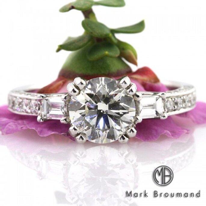 Anillo de compromiso con diamante redondeado - Foto Mark Broumand