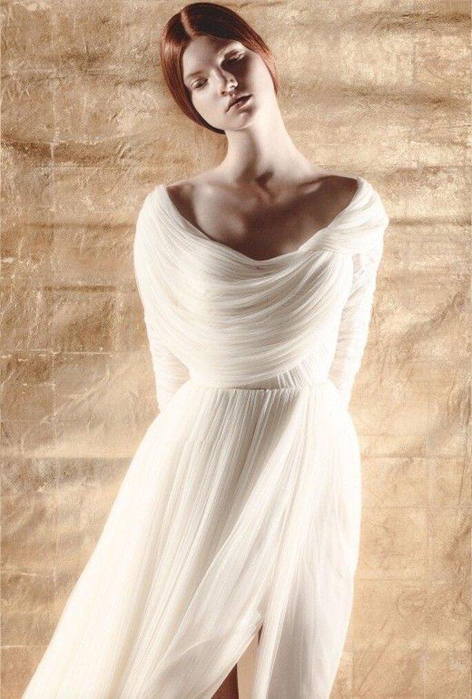Vestido de novia con cuello cascada y mangas largas - Foto Del Pozo