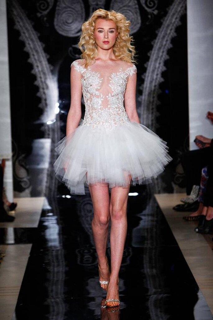 Vestido de novia corto con cuello ilusión, mangas, transparencias y falda de tul - Foto Reem Acra