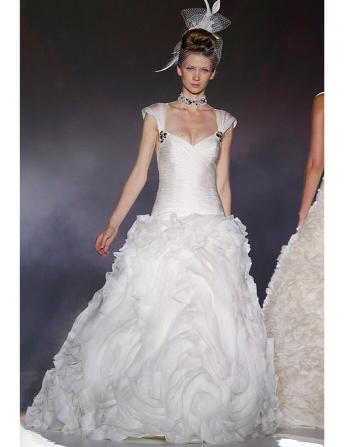 Brautkleid von Novia d'Art aus der Kollektion 2012 mit gerafftem Rock und weitem Ausschnitt.