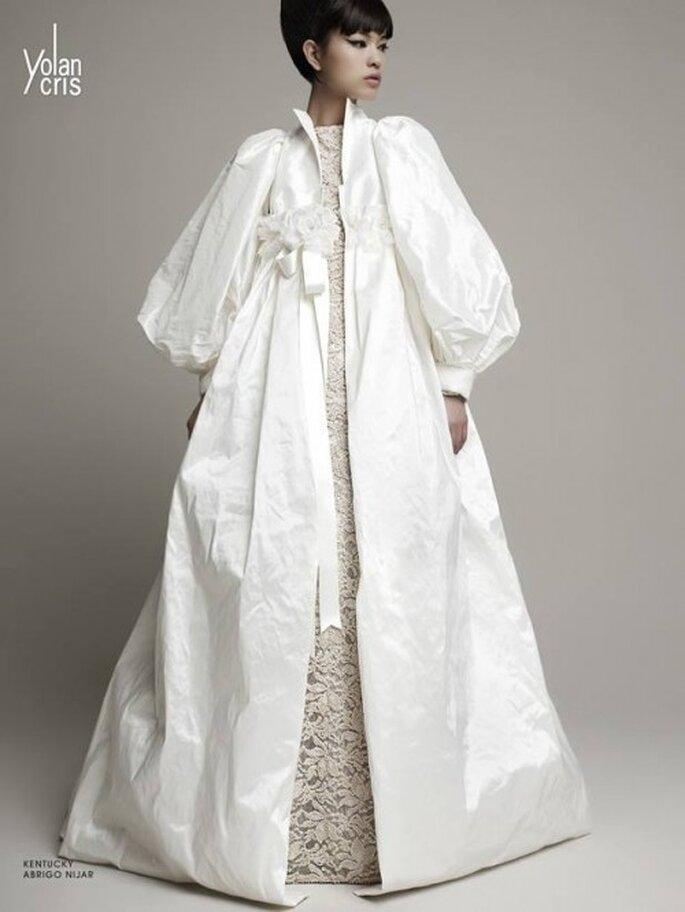 Vestido de novia en color blanco con capa a juego de mangas bombachas - Foto YolanCris