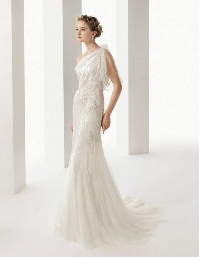 Vestido de novia 2014 en color blanco con escote asimétrico y apliqués de pedrería - Foto Rosa Clará