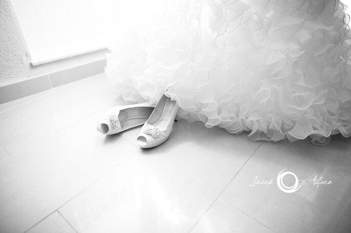 Chaussures de mariée blanches : l'élégance à l'état pur - Photo : Josep Alfaro