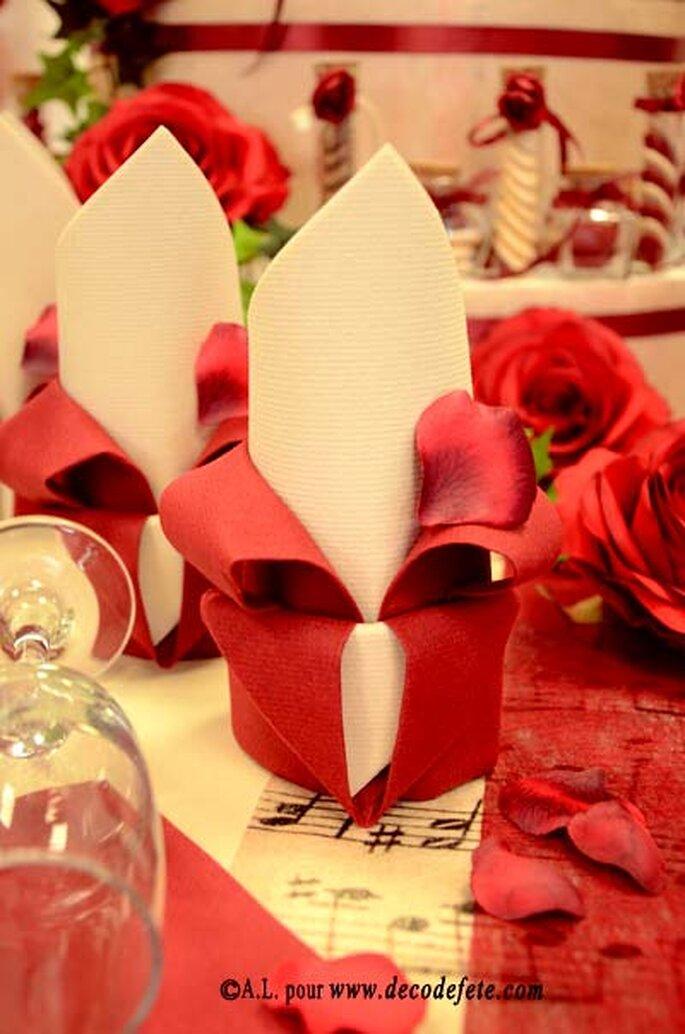 Pliage de serviettes en fleur, quoi de plus raffiné ? - Source : decodefete.com